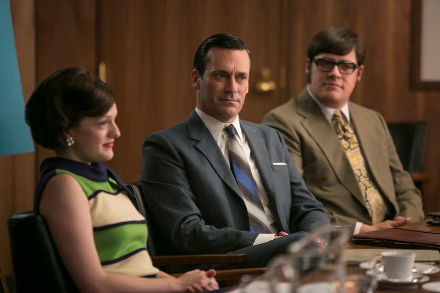 """Elisabeth Moss, de izquierda a derecha, Jon Hamm y Rich Sommer en una escena de """"Mad Men"""" en una fotografía proporcionada por AMC. La última temporada de la serie se estrena el domingo a las 10 p.m. en AMC. (Foto AP/AMC, Jaimie Trueblood)"""