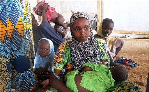 Una familia que huyó de la violencia del grupo extremista islámico Boko Haram vive en el interior de un campamento de refugiados en Minawao, Camerún, el miércoles 25 de febrero de 2015. Dos mujeres se hicieron estallar con explosivos el sábado en una parada de autobús con saldo de cuatro muertos en el noreste de Nigeria, en un atentado atribuido a Boko Haram, según autoridades locales.(AP Foto/Edwin Kindzeka Moki