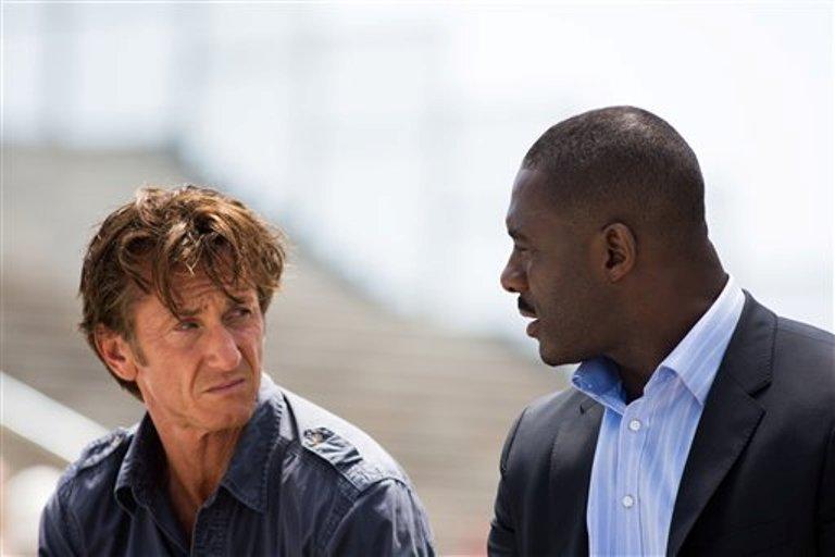 """En imagen distribuida por la compañía productora Open Road Films se ve a los actores Sean Penn (izquierda) e Idris Elba, que aparecen en la película """"The Gunman"""". (Foto AP/Open Road Films, Keith Bernstein)"""