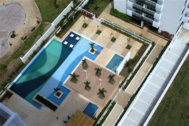 """En esta imagen del 16 de marzo de 2015, una piscina dentro de la Villa Olímpica de 2016 en Río de Janeiro, Brasil. """"Todos los que vienen a visitarlo, los ex deportistas y los deportistas que conocen muchas villas, dicen que es increíble"""", afirmó Mauricio Cruz Lopes, director ejecutivo del proyecto. (AP Foto/Silvia Izquierdo)"""