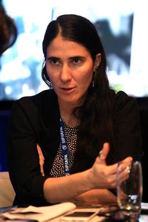 CIUDAD DE PANAMÁ (PANAMÁ), 07/03/2015.- La bloguera cubana Yoani Sánchez habla durante la reunión de medio año de la Sociedad Interamericana de Prensa hoy, sábado 7 de marzo de 2015, en Ciudad de Panamá. Alejandro Bolívar/EFE