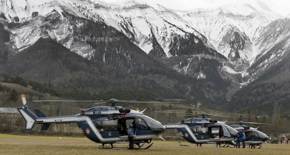 Miembros de los equipos de rescate se preparan para despegar a primera hora de la mañana desde la base de operaciones en localidad francesa de Seyne-les-Alpes, donde se han concentrado los servicios de socorro y que se encuentra a unas dos horas a pie del lugar del accidente del Airbus A320 de la aerolínea Germanwings que se estrelló ayer en los Alpes franceses. EFE/Alberto Estévez