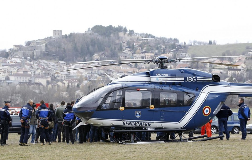 Miembros de la Gendarmería francesa se agrupan junto a un helicóptero cerca del lugar donde se estrelló un Airbus A320 que operaba la compañía alemana Germanwings con 150 personas a bordo, en Seyne-les Alps, Francia, hoy, 24 de marzo de 2015. La Gendarmería cree que tardará varios días en recuperar los cuerpos del avión siniestrado hoy en los Alpes, ya que los restos se encuentran dispersos y en un perímetro de una hectárea de muy difícil acceso. EFE/SEBASTIEN NOGIER