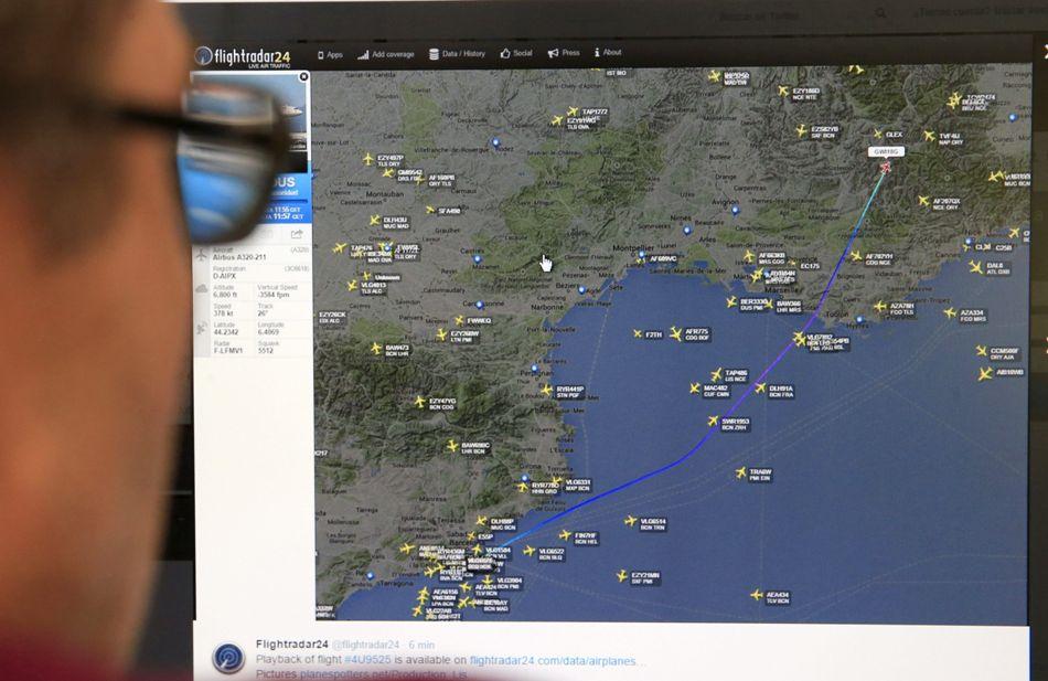 """Una persona mira en la pantalla de su ordenador la página de """"flyghtradar24"""" en la que se muestra el punto donde desapareció de la señal de radar el Airbus A320 de la compañía Germanwings -la compañía de bajo coste de Lufthansa-, en el viajaban 148 personas, entre pasajeros y tripulantes que se ha estrellado hoy en los Alpes Haute Provence, en el sur de Francia y que despegó del aeropuerto de Barcelona con destino a Dusseldorf .EFE/Zipi"""