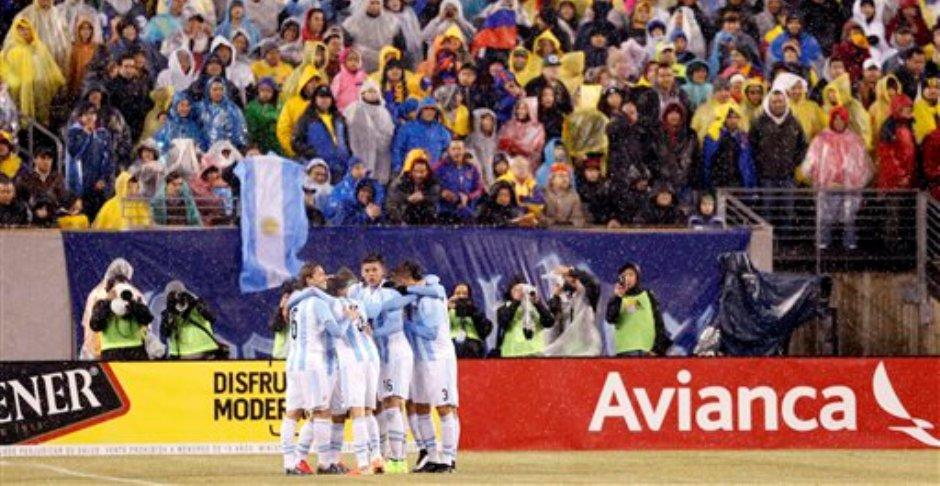 Los jugadores de la selección de Argentina festejan un gol de Sergio Agüero contra Ecuador, en un partido amistoso realizado el martes 31 de marzo de 2015 en East Rutherford, Nueva Jersey (AP Foto/Julio Cortez)