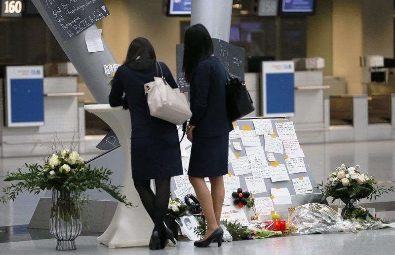 Unas mujeres firman el libro de condolencias en el aeropuerto de Duesseldorf, Alemania, el miércoles 25 de marzo de 2015. Un vuelo de Germanwings que viajaba de Barcelona a Duesseldorf se estrelló en los Alpes franceses el 24 de marzo, matando a 150 que iban a bordo. (Foto AP/Frank Augstein)