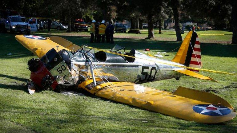 Un pequeño avión queda en el lugar donde se estrelló en el campo de golf Penmar en el área de Venice cerca de Los Ángeles el jueves 5 de marzo de 2015. El campo está cerca del aeropuerto municipal de Santa Monica, pero no había confirmación de si acababa de despegar o intentaba aterrizar. El piloto, el actor Harrison Ford, resultó herido tras el accidente. (Foto AP/Damian Dovarganes)