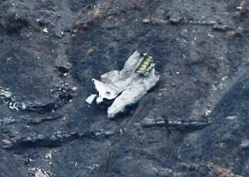 Restos del avión de pasajeros de Germanwings estrellado en las montañas cerca de Seyne les Alpes, en los Alpes franceses el 24 de marzo de 2015. (AP Foto/Claude Paris)