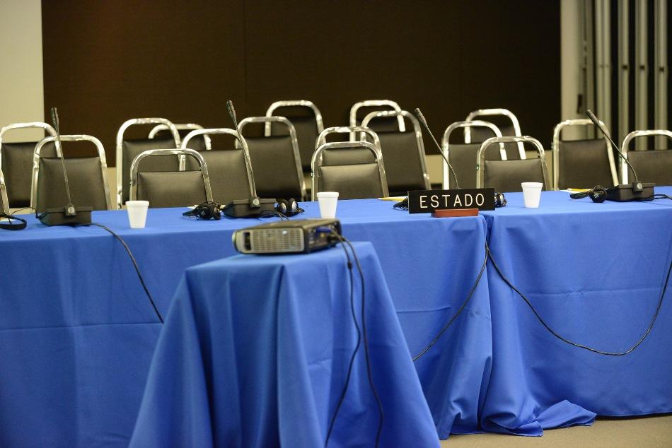 Fotografía cedida por la Organización de Estados Americanos (OEA) donde se ven las sillas vacias correspondientes a la delegación del gobierno de Ecuador hoy, martes 17 de marzo de 2015, durante la audiencia sobre la libertad de expresión en Ecuador en la Comisión Interamericana de Derechos Humanos (CIDH) en Washington, DC (EE.UU.). EFE/DANIEL CIMA/OEA/