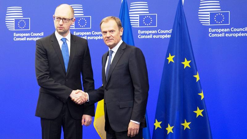 En la imagen, el primer ministro ucraniano, Arseniy Yatsenyuk, a la izquierda, estrecha la mano del presidente del Consejo Europeo, Donald Tusk, antes de reunirse en un aparte de la cumbre de la UE en Bruselas, el 19 de marzo de 2015. (AP Foto/Virginia Mayo)