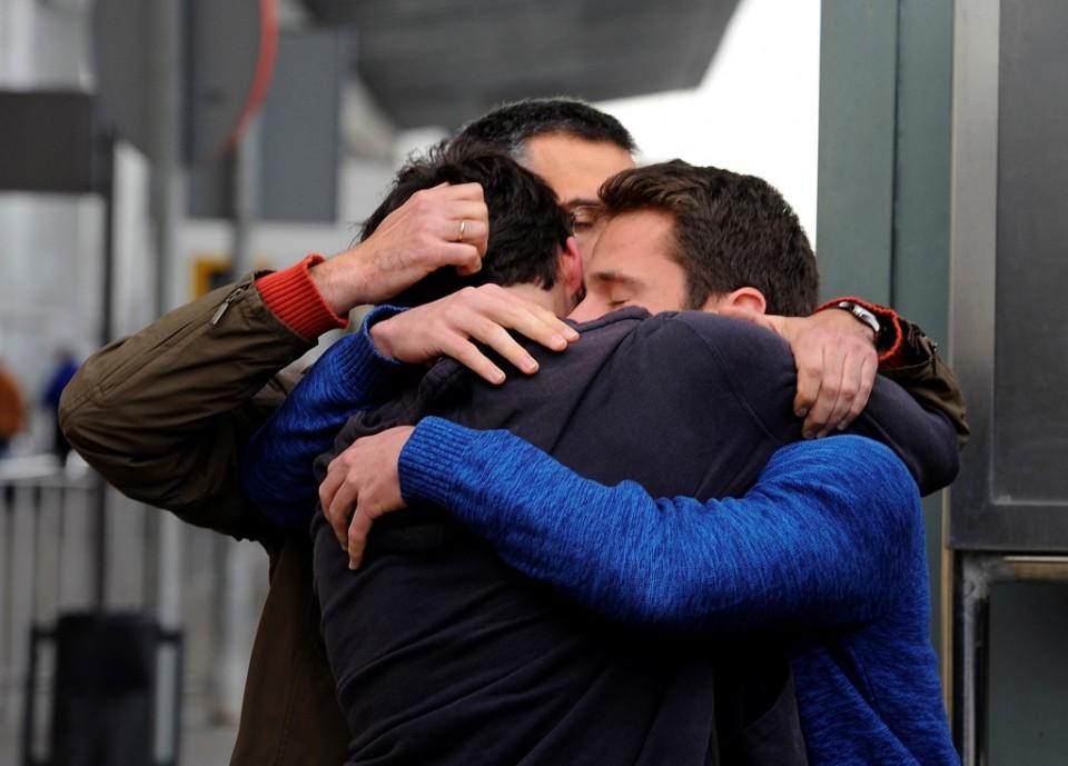 Familiares de personas a bordo de un avión caído se abrazan en el aeropuerto de Barcelona, martes 24 de marzo de 2015. Un jet de pasajeros A320 de la aerolínea alemana Germanwings con 150 personas a bordo se estrelló en los Alpes franceses cuando volaba de Barcelona a Duesseldorf. (AP Foto/Emilio Morenatti)
