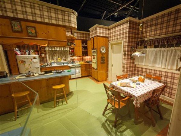 """En esta foto del 10 de marzo del 2015, el escenario de la cocina de Betty y Don Draper en su casa en el suburbio de Ossining, Nueva York, forma parte de la muestra """"Matthew Weiner's Mad Men"""" en el Museum of the Moving Image en Nueva York. La muestra estará abierta hasta el 14 de junio. La serie transmitirá sus últimos episodios a partir del 5 de abril. (AP Foto/Museum of the Moving Image, Thanassi Karageorgiou)"""