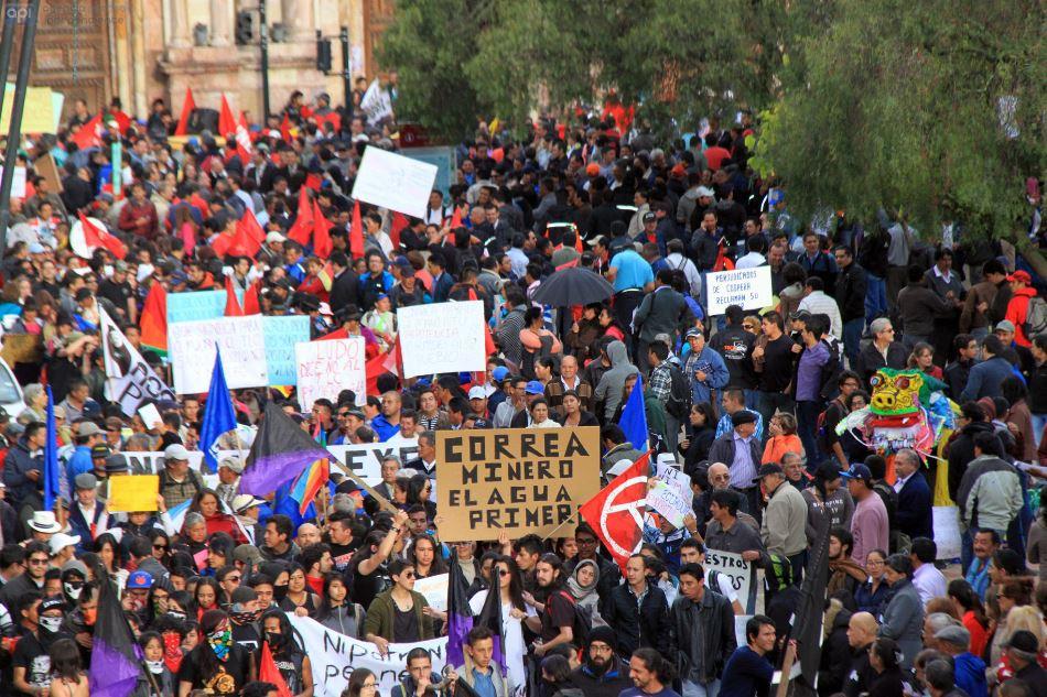 Cuenca, 19 de marzo del 2015. Gran cantidad de personas marcharon en la tarde de hoy por la calle Bolívar en contra del gobierno nacional. API