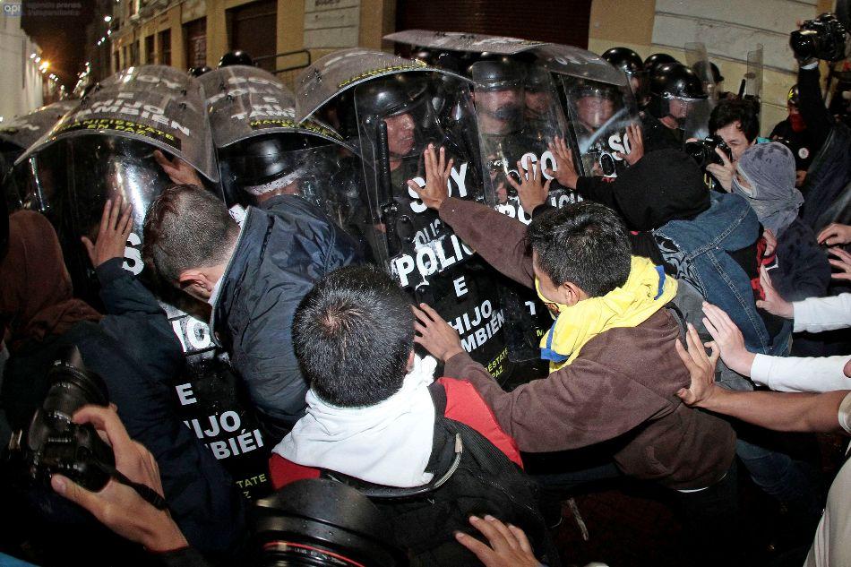 Enfrentamientos entre policía y manifestantes la noche del 19 de marzo de 2015, en la Plaza de San Francisco, en Quito.