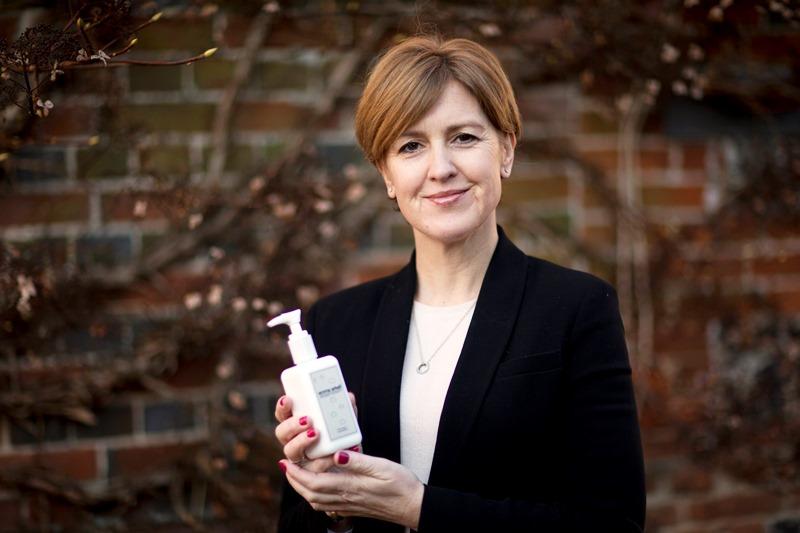 En esta foto del viernes 30 de enero de 2015, Emma Arkell posa para una foto con algunos productos naturales para la piel que ella misma fabrica, cerca de Winchester, Inglaterra. Hay cada vez más evidencia de que la equidad de género no sólo es políticamente correcta sino también buena para los negocios. (Foto AP/Matt Dunham)