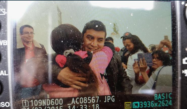 Juan Carlos López, uno de los once jóvenes detenidos en Riobamba, la noche del 19 de marzo por protestar contra el Presidente Correa, ha salido en libertad a las 15h00 del sábado 21 de marzo. Foto tuiteada por @AlfredoCárdenas.