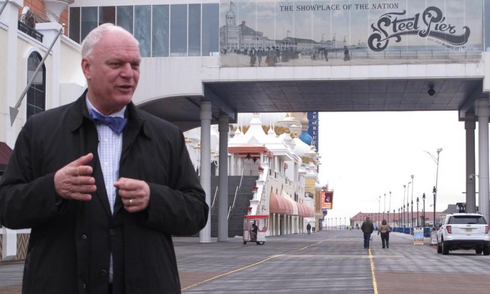 El alcalde de Atlantic City Don Guardian en Paseo Tablado, la parte más valiosa del tablero de Monopolio en una fotografía del 11 de marzo de 2015 en Atlantic City. (Foto AP/Wayne Parry)