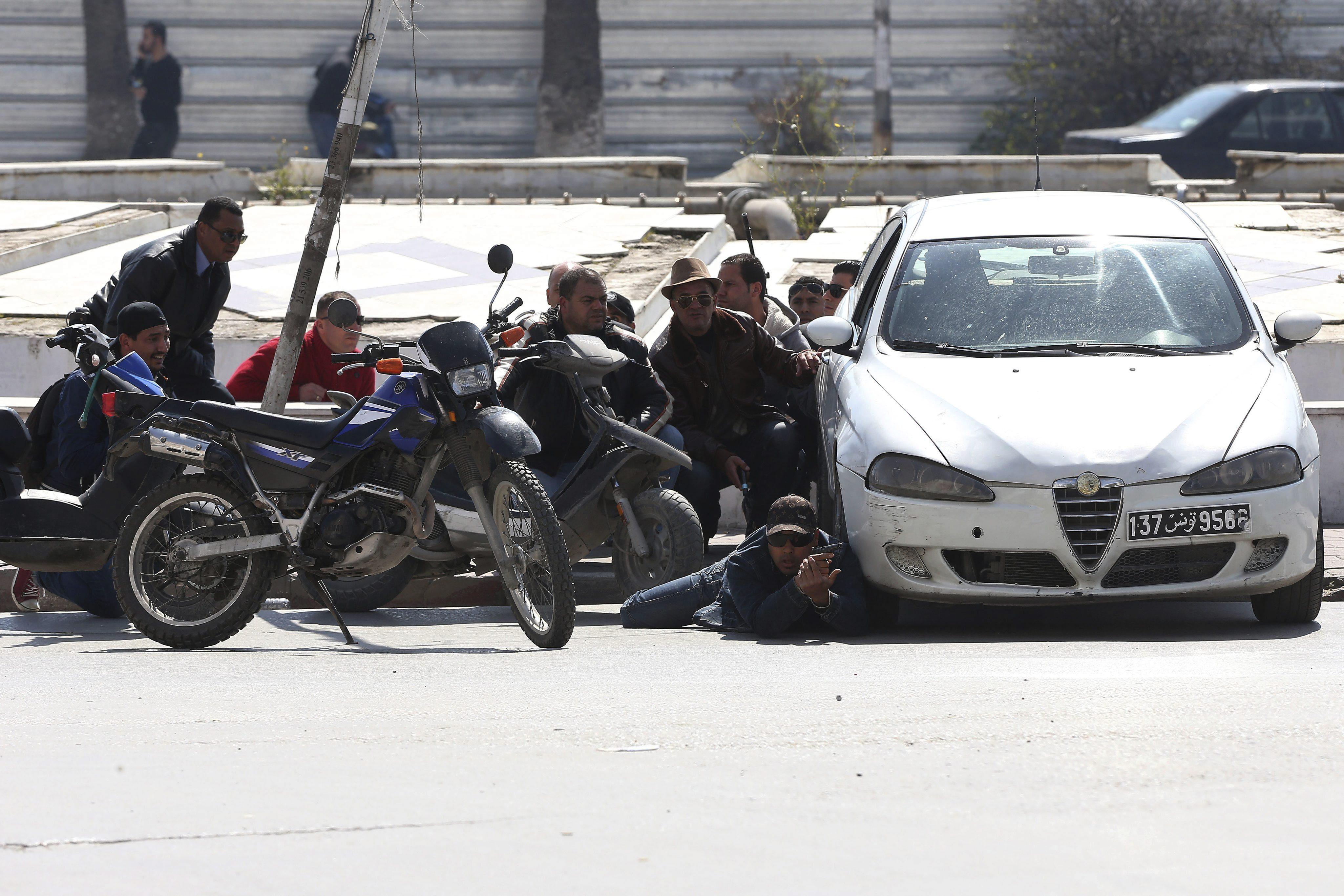 Miembros de las fuerzas de Seguridad tunecinas, toman posiciones en las proximidades del Parlamento en Túnez, hoy, 18 de marzo de 2015. . EFE/MOHAMED MESSARA