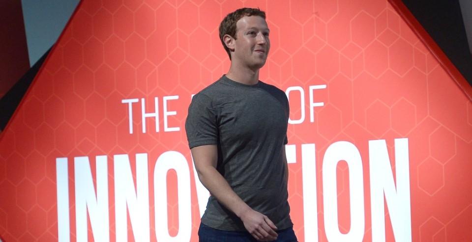 Mark Zuckerberg, director ejecutivo de Facebook, llega a una conferencia de prensa en el Congreso de Telefonía Móvil, el lunes 2 de marzo de 2015, en Barcelona, España. (Foto AP/Manu Fernández)