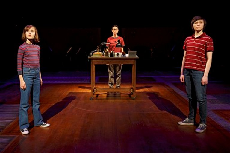 "En esta imagen proporcionada por O&M Co, Sydney Lucas como la pequeña Alison, Beth Malone como Alison y Emily Skeggs como la Alison mediana en una escena del musical de Broadway ""Fun Home"", en el teatro Circle in the Square en Nueva York. ""Fun Home"" recibió el martes 28 de abril del 2015 12 nominaciones a los Tony. Los premios se entregan el 7 de junio en el Radio City Music Hall.  (Joan Marcus vía AP)"