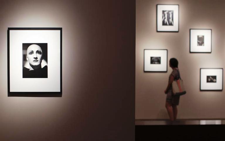 """BUENOS AIRES (ARGENTINA), 01/04/2015.- Una mujer observa hoy, miércoles 1 de abril de 2015, la exposición """"Intenciones Secretas"""" en el Museo de Arte Latinoamericano de Buenos Aires (Malba). EFE/ Davidad Fernández"""