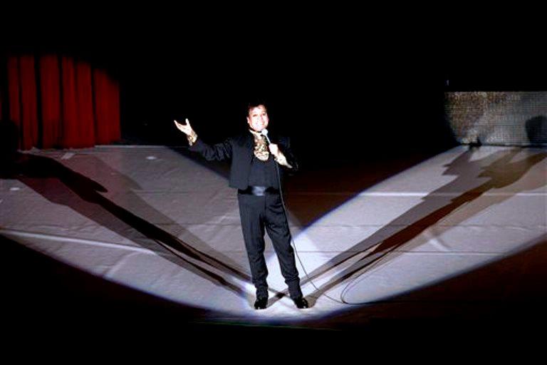 """El cantante mexicano Juan Gabriel canta en el Auditorio Nacional la noche del viernes 10 de abril de 2015, en la ciudad de México. Juan Gabriel comenzó su gira """"Juntos"""". (Foto AP/Rebecca Blackwell)"""