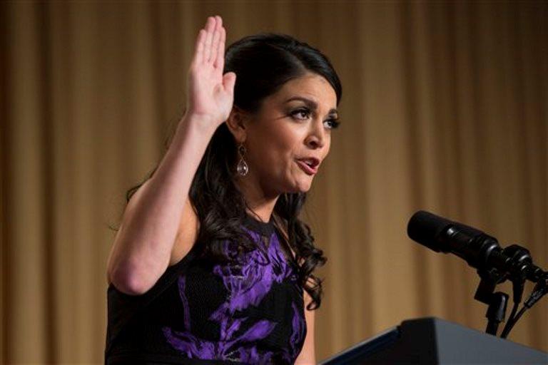 La cómica Cecily Strong durante su discurso en la cena anual de la Asociación de Corresponsales de la Casa Blanca en el hotel Hilton de Washington, el 25 de abril de 2015, en Washington. (Foto AP/Evan Vucci)