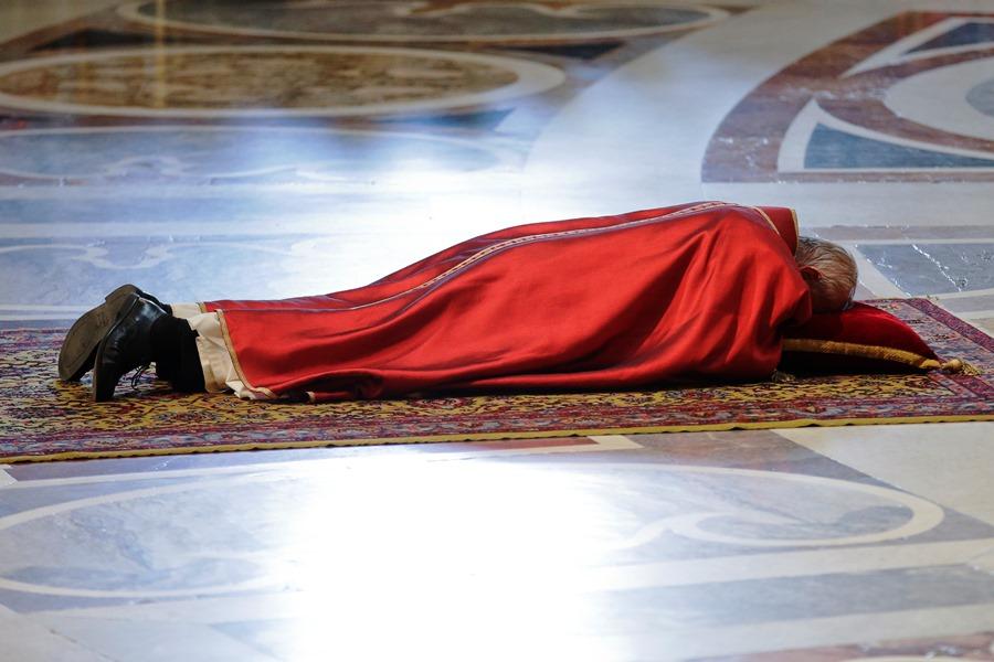 El papa Francisco yace en el suelo durante una celebración de la pasión del Señor, en la basílica de San Pedro en el Vaticano, el viernes 3 de abril de 2015. (Foto AP/Andrew Medichini)