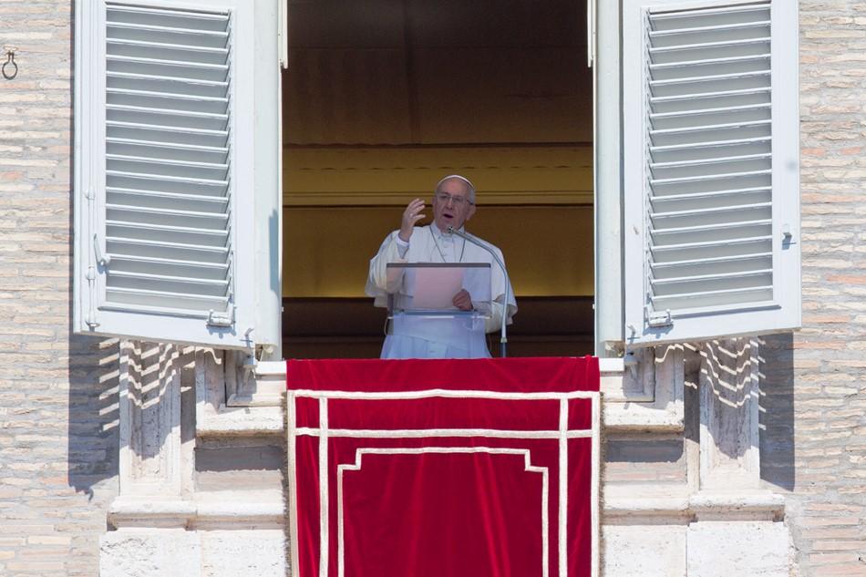 El papa Francisco imparte la bendición durante la oración Regina Coeli del lunes de Pascuas desde la ventana de su estudio sobre la Plaza de San Pedro en el Vaticano, lunes 6 de abril de 2015. (AP Foto/Andrew Medichini)