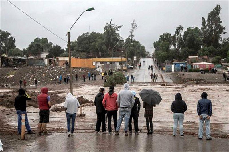 esidentes observan las crecientes aguas del Río Copiapó en Copiapó, Chile el miércoles 25 de marzo de 2015. Fuertes tormentas inusuales y aguaceros torrenciales que comenzaron el martes han bloqueado los caminos, causaron cortes en la electricidad y afectaron a unas 600 personas en una zona habitualmente seca. (Foto AP/Aton Chile) (AP Photo/Aton Chile)