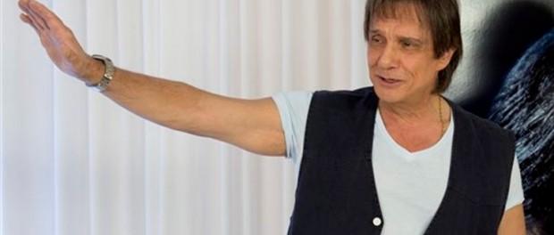 Roberto Carlos saluda durante una sesión de fotos para promover su gira y su álbum