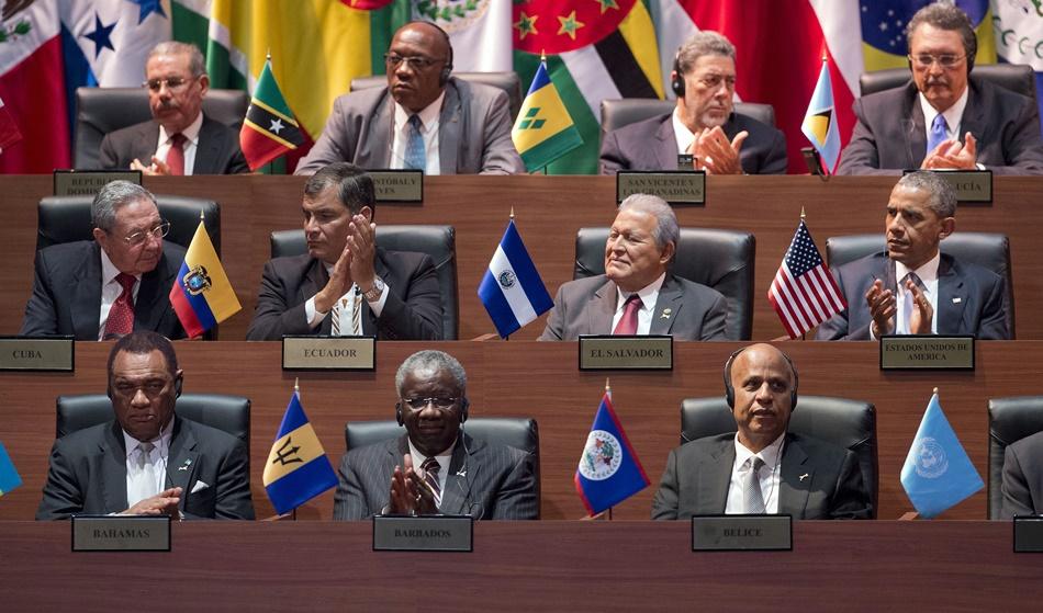 El presidente estadounidense Barack Obama (a la derecha en la fila del medio) y el presidente cubano Raúl Castro (a la izquierda en la misma fila) junto a otros líderes regionales que participan en la ceremonia de inauguración de la Cumbre de las Américas en Panamá, el viernes 10 de abril de 2015. (Foto AP/Pablo Martínez Monsiváis)