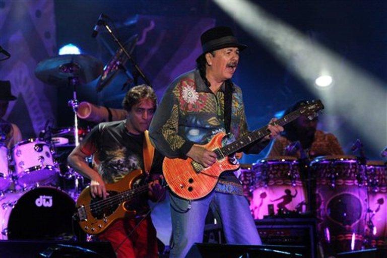 El guitarrista mexicano Carlos Santana durante un concierto gratuito en el Ángel de la Independencia en la Ciudad de México el sábado 28 de marzo de 2015. Santana será honrado con el Premio Billboard Espíritu de la Esperanza por sus contribuciones filantrópicas y humanitarias informó el jueves 2 de abril de 2015 la cadena Telemundo. (Foto AP/Marco Ugarte)