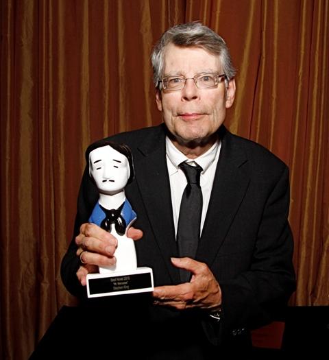 """En esta imagen difundida por los Premios Edgar, el escritor Stephen King posa tras recibir el premio a la mejor novela de misterio, por """"Mr. Mercedes"""", el miércoles 29 de abril del 2015 en Nueva York. (Steven Speliotis/Edgar Awards vía AP)"""