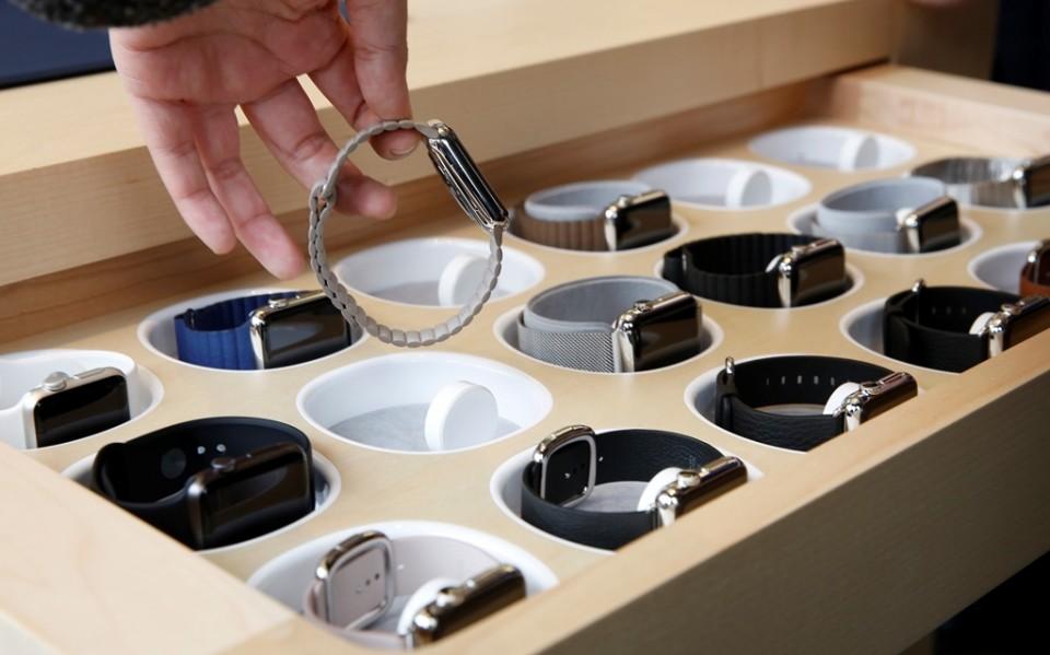 Un cliente elige un Apple Watch en una tienda Apple Store en Hong Kong el viernes 10 de abril de 2015, el día de su debut mundial. (Foto AP/Kin Cheung)