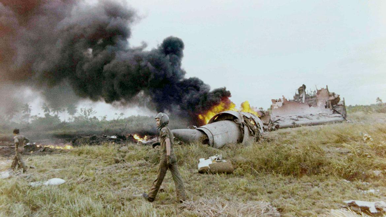 Una aeronave norteamericana se precipitó a tierra luego de despegar del aeropuerto de Saigón. En su interior iban niños vietnamitas en busca de refugio. AP