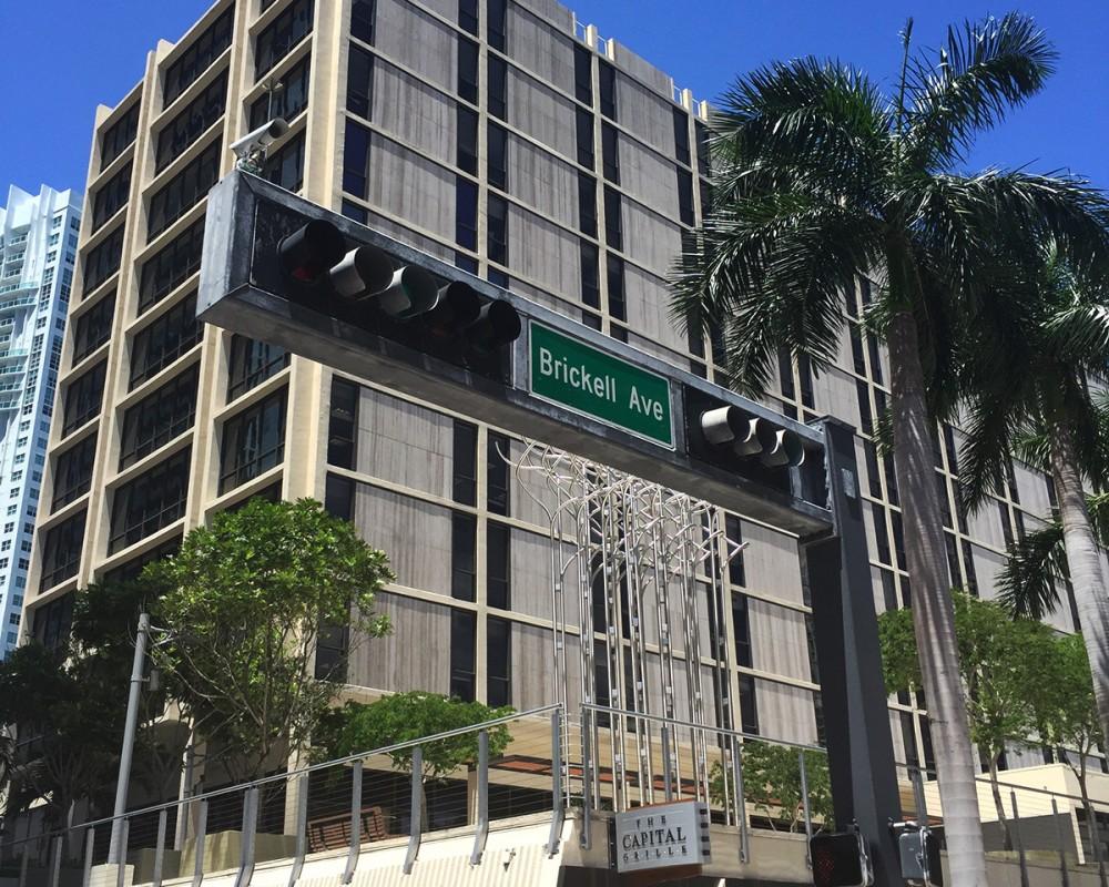 En este edificio en Brickell Av., Miami, funciona una oficina de casillas postales que fue utilizada como sede de Inversiones Siltor 2009. Foto difundida por El Universo.