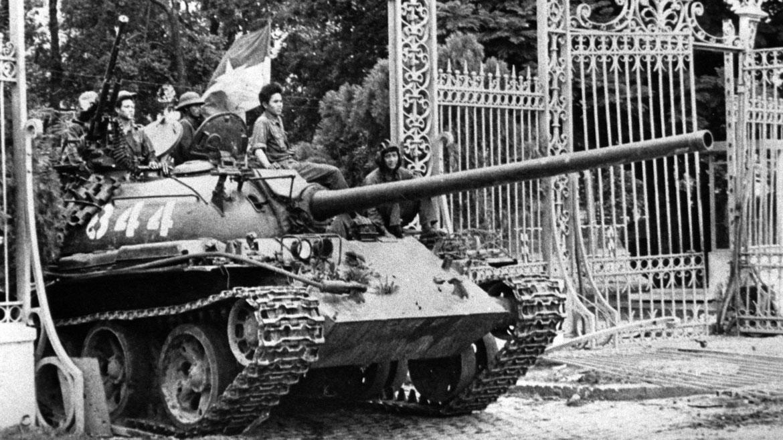Un tanque del ejército de Vietnam del Norte embiste la entrada del Palacio Presidencial, lo que simbolizó la caída de Vietnam del Sur. AP
