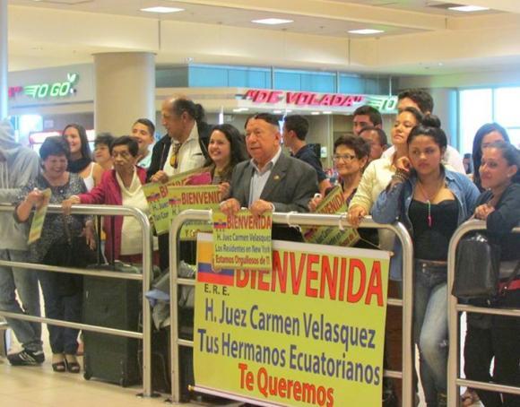 Decenas de compatriotas de Carmen Velásquez recibieron a la magistrada en el aeropuerto. Foto: Facebook asambleísta Ximena Peña