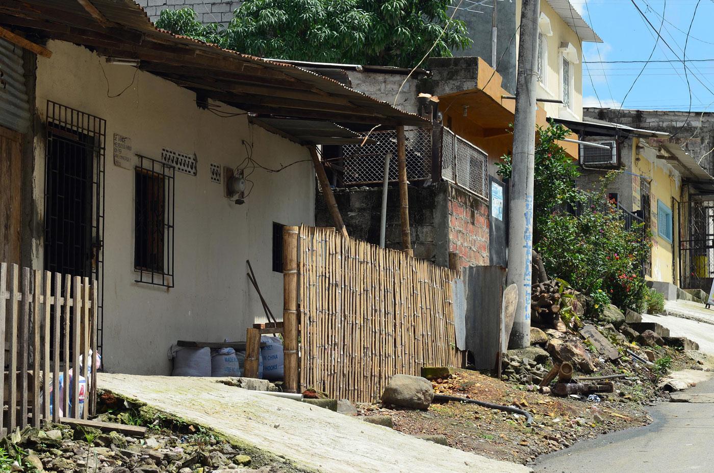 A esta casa, ubicada en la popular cooperativa Paraíso de la Flor, al noroeste de Guayaquil, llegó la Policía para verificar la existencia de cultivos de zanahoria para exportaciones hacia Venezuela.Foto publicada por El Universo.