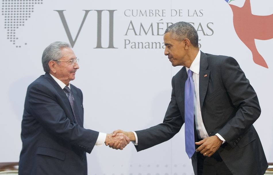 Los presidentes de Estados Unidos Barack Obama y Cuba, Raúl Castro, se dan la mano durante un encuentro bilateral en la Cumbre de las Américas que tuvo lugar en Panama, sábado abril 11 de 2015. (AP Foto/Pablo Martinez Monsivais))