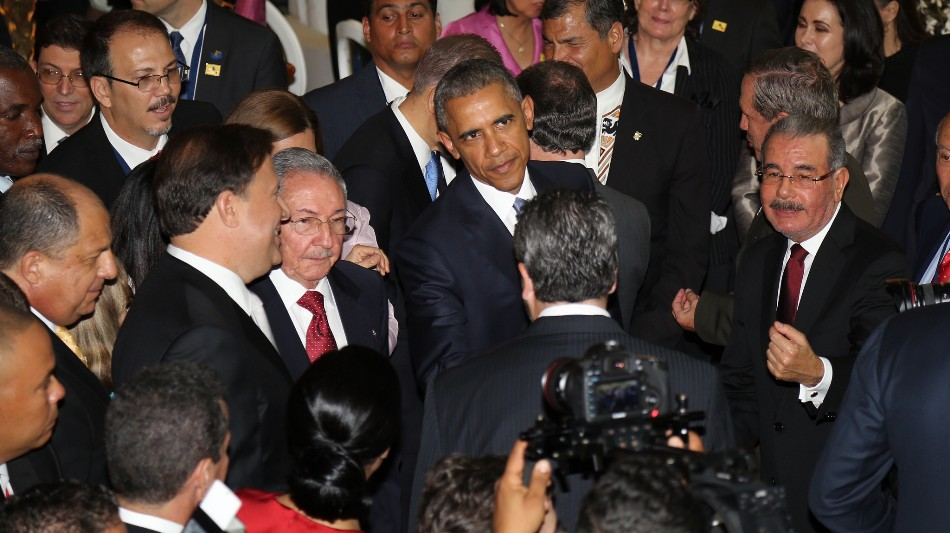 El presidente Danilo Medina, de República Dominicana, comparte con el mandatario de los Estados Unidos, Barack Obama; Raúl Castro, de Cuba; y otros gobernantes, durante el acto inaugural de la VII Cumbre de las Américas 2015 en Panamá. Foto: Luis Ruiz Tito/Presidencia República Dominicana