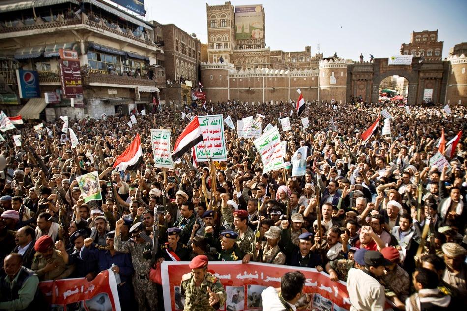 Rebeldes chiíes, conocidos como hutíes, gritan consignas para protestar contra la campaña de bombardeos aéreos liderada por Arabia Saudí durante una manifestación en Saná, Yemen, el 1 de abril de 2015. (Foto AP/Hani Mohammed)