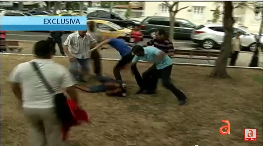 Imágenes captadas por el canal AméricaTeVe, en Panamá, el 8 de marzo de 2015, en el que se ve a un grupo de partidarios castristas atacando a grupos de opositores cubanos.