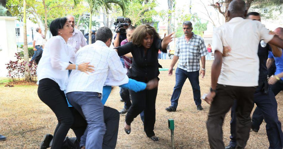 Fotografía cedida de disidentes cubanos y defensores del régimen de Cuba que protagonizaron el miércoles 8 de abril de 2015, un incidente en el que cruzaron insultos y algunos golpes al encontrarse en una actividad alternativa en el Parque Porras en Ciudad de Panamá, en el marco de la VII Cumbre de las Américas que se celebra este viernes y sábado en la capital. EFE/ LARISH JULIO- La Estrella de Panamá