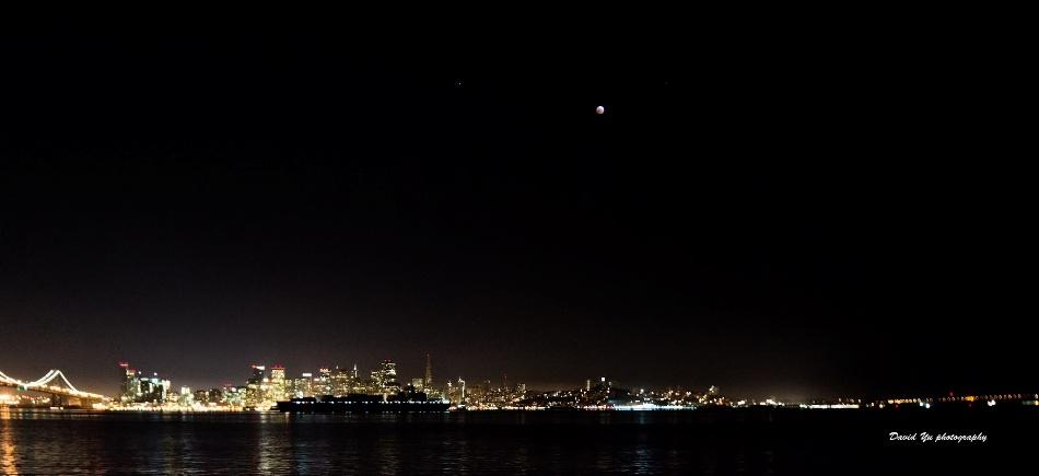 El eclipse total de luna, visto de Treasure Island, en Las Vegas, Estados Unidos, fotografiado por David Yu, y subido a Flickr.