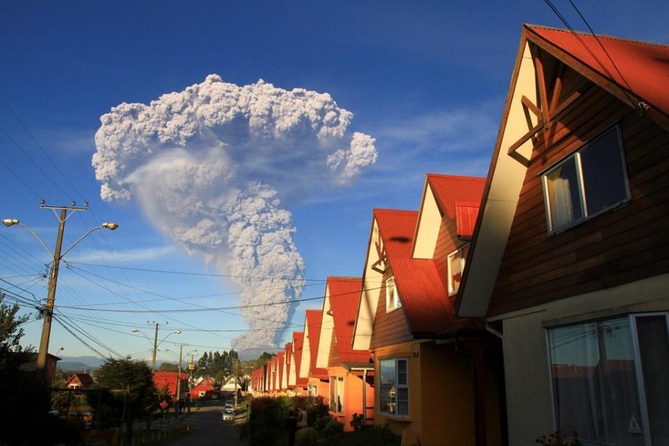El volcán Calbuco visto desde Puerto Varas, Chile, el miércoles 22 de abril de 2015. (AP Foto/Carlos F. Gutierrez)