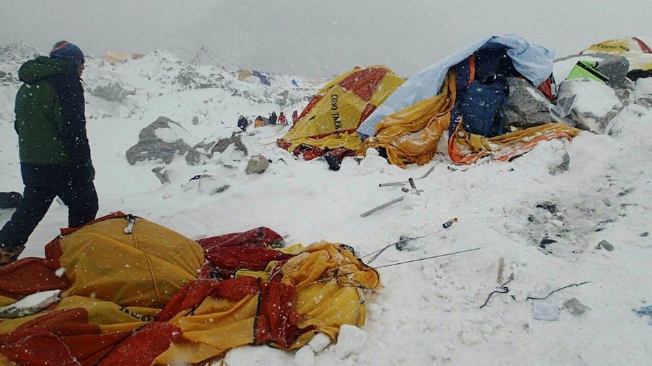 En esta foto suministrada por Azim Afif un hombre se aproxima al lugar de un alud desencadenado por un terremoto en el campamento base del Everest en Nepal el 25 de abril del 2015. (Azim Afif via AP)