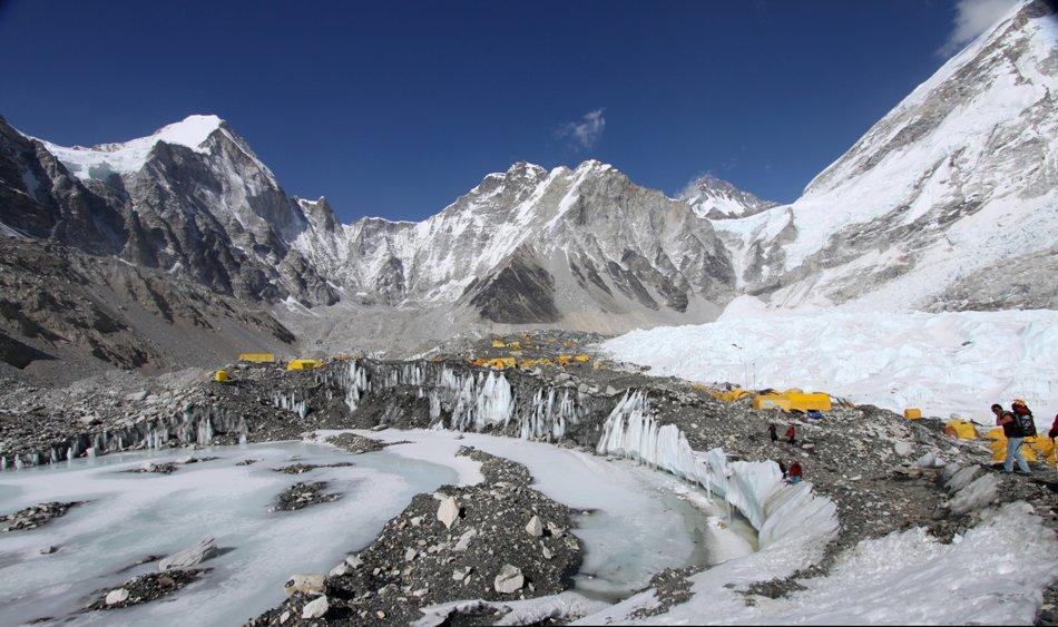 En esta imagen del sábado 11 de abril de 2015, se observan tiendas de campaña colocadas para los alpinistas en el Glaciar Khumbu, con el Monte Khumbutse al centro y la caída de hielo Khumbu a la derecha en la base del Campamento del Everest en Nepal. Una avalancha provocada por un gran terremoto en Nepal impactó el campamento base cerca de Khumbu Icefall, una zona particularmente traicionera de nieve y hielo colapsado, y el campamento base, donde se ubican la mayor cantidad de expediciones de alpinismo, comento Ang Tshering de la Asociación de Alpinismo de Nepal. (Foto AP/Tashi Sherpa, File)