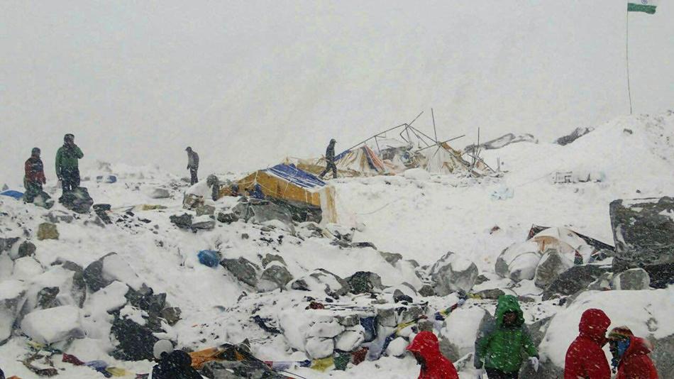 Esta imagen proporcionada por Azim Afif muestra el campo base del monte Everest tras una avalancha provocada por un potente terremoto en Nepal, el 25 de abril de 2015. Afif y su equipo de cuatro personas de la Universidad tecnológica de Malasia (UTM) sobrevivieron, pero otras 17 personas fallecieron y 61 más resultaron heridas (Azim Afif via AP)
